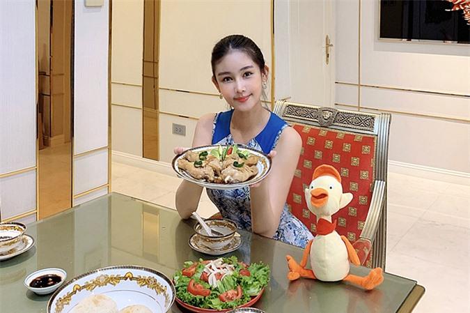 Bộ bàn ăn cỡ lớn là nơi hoa hậu thưởng thức các món ăn ngon mỗi ngày. Người đẹp trang trí thêm tranh, gương trong nhà, tạo sự đặc biệt.