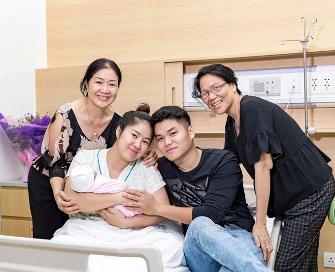 Lê Phương bên ông xã Trung Kiên, mẹ đẻ và mẹ chồng sau khi sinh bé Bông.