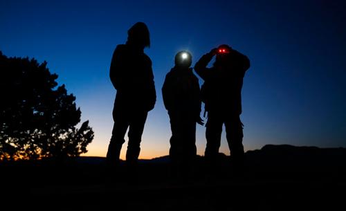 Nhóm người quan sát bầu trời, tìm UFO - Ảnh minh hoạ: Reuters