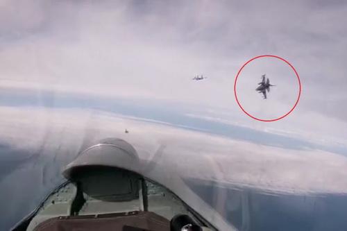 Tiêm kích F-16 của NATO bị kẹp giữa hai chiếc Su-27 của Không quân Nga. Ảnh: Avia-pro.