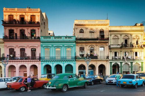 Havana, Cuba: Dạo bước trên đường phố Havana, du khách có thể ngắm nhìn rất nhiều màu bắt mắt, từ những chiếc xe cổ điển hay những tòa nhà với nước sơn màu pastel. Ảnh: Getty.