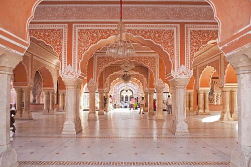 Jaipur, Ấn Độ: Jaipur được mệnh danh là Thành phố màu hồng của Ấn Độ. Vô số tòa nhà với nước sơn hồng pastel và fuchsias kiêu sa trong thành phố khiến du khách choáng ngợp. Bang Rajasthan rất tự hào vì sở hữu thành phố đẹp như tranh vẽ, thu hút sự hiếu kỳ của du khách khi ghé đến đây. Nơi đây cũng từng được UNESCO công nhận là Di sản Thế giới vào năm 2019. Ảnh: REX/Shutterstock.