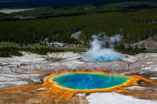 Grand Prismatic Spring, Mỹ: Suối nước nóng lớn nhất nước Mỹ nằm ở công viên quốc gia Yellowstone. Màu sắc rực rỡ trong suối được tạo bởi thảm vi sinh sống dưới môi trường nước giàu khoáng chất. Vào mùa hè, nước trong suối thường có màu đỏ và cam. Khi đông đến, màu nước chuyển sang màu xanh đậm. Ảnh: Universal Images Group via Getty Images.