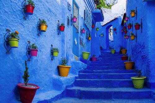 Chefchaouen, Morocco: Thành phố Chefchaouen được sơn hoàn toàn màu xanh lam, từ những bức tường và bậc thang, hay thậm chí cả dưới lòng đường. Do đó, Chefchaouen có biệt danh là Thành phố xanh. Nơi đây còn được điểm xuyết bởi vô vàn chậu hoa đầy màu sắc và các cánh cửa trắng xóa. Những đặc điểm trên cùng với độ cao 564 m so với mực nước biển đã tạo nên nét khác biệt và sự nổi tiếng cho thành phố này. Ảnh: Getty Images.