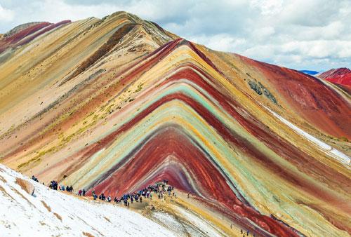 Núi Montaña de Colores, Peru: Đến với ngọn núi cầu vồng, du khách ngỡ như đang ngắm nhìn một bức tranh với những tảng đá đầy màu sắc. Núi Montaña de Colores nằm ở độ cao 5.200 m so với mực nước biển và là một điểm du lịch nổi tiếng. Giữa tháng 5 đến tháng 10 là thời điểm đẹp nhất tại đây. Không có gì ngạc nhiên khi ngọn núi này nằm trong danh sách những địa điểm đáng ghé thăm nhất ở Peru. Ảnh: Getty.