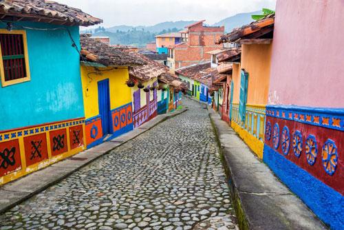 Guatapé, Colombia: Nằm phía tây bắc Colombia, Guatapé gây ấn tượng với du khách nhờ các tòa nhà được sơn nhiều màu sắc sặc sỡ, hoa văn bắt mắt. Tại đây, quảng trường Zocalos được đặc biệt yêu thích với phong cách trang trí và nước sơn mang màu sắc cầu vồng. Ảnh: Getty.
