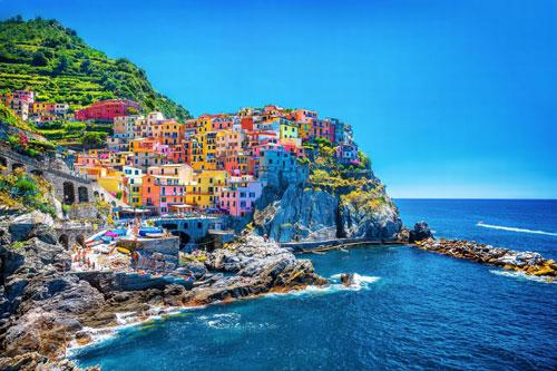 Cinque Terre, Italy: Cinque Terre được UNESCO công nhận là Di sản Thế giới từ năm 1997. Các tòa nhà sơn màu rực rỡ, nước biển trong xanh cùng màu của lá cây rậm rạp đã tạo nên một khung cảnh mê đắm lòng người. Đây là địa điểm không thể bỏ qua đối với những ai ưa khám phá. Ở Cinque Terre, du khách có thể ngắm nhìn những ngôi làng ven biển quyến rũ, nếm thử các món ăn Italy nổi tiếng thế giới và thả mình vào thiên nhiên khi dạo bước trên những con đường mòn. Ảnh: Getty Images/iStockphoto.