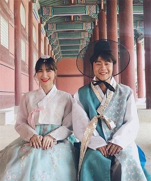Từ khi ngừng ca hát, Hoà Minzy dành thời gian cho bạn trai. Cô cùng Minh Hải đi du lịch nhiều nơi trên thế giới. Giữa năm 2019, người đẹp đăng tải bức ảnh chụp tại Hàn Quốc với dòng trạng thái: Khi hai ta về một nhà. Khán giả lầm tưởng đây là ảnh cưới của cặp đôi.