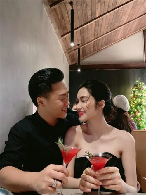 Cả hai thường xuyên chia sẻ khoảnh khắc tình tứ tại nhà hàng sang trọng.