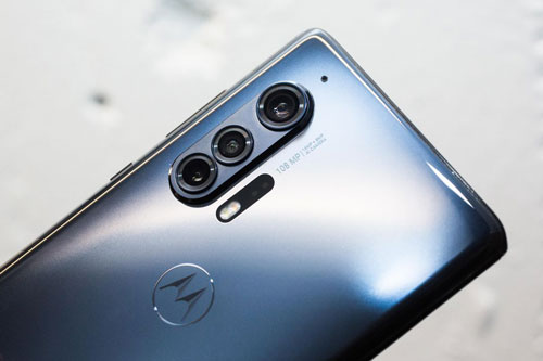Motorola Edge Plus sở hữu 3 camera sau. Trong đó, cảm biến chính 108 MP, khẩu độ f/1.8 cho khả năng lấy nét theo pha, lấy nét bằng laser, chống rung quang học (OIS). Ống kính tele 8 MP, f/2.4 giúp zoom quang học 3x, IOS. Cảm biến còn lại 16 MP với góc rộng 117 độ. Bộ tứ này được trang bị đèn flash LED kép, quay video 6K tốc độ 30 khung hình/giây, 4K tốc độ 60 khung hình/giây.