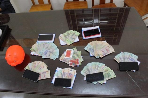 Quảng Bình: Tạm giữ hình sự 6 đối tượng vì hành vi đánh bạc - Ảnh 2.