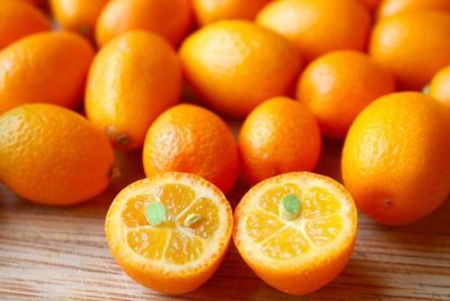 Kum quất: là một loại hoa quả có hương vị phong phú , giàu canxi và vitamin A, C, trong nó có chứa đến 12mg canxi.