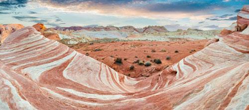 Thung lũng Lửa, Mỹ: Các hẻm núi màu hồng từ lâu đã đem đến sự ngạc nhiên cho nhiều du khách. Nhiều người còn chủ động đi đường vòng để ngắm nhìn những khối đá màu pastel tuyệt đẹp này. Công viên nổi tiếng với những khối đá tạo bằng sa thạch đỏ, được cho là hơn 150 triệu năm tuổi. Ảnh: Mara Brandl/imageBROKER/REX/Shutterstock.