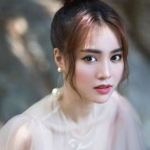 Ninh Dương Lan Ngọc được biết đến là một trong những mỹ nhân được yêu thích nhất của showbiz Việt. Không chỉ sở hữu 1 gương mặt xinh đẹp với ngũ quan tinh tế, hài hòa, mỹ nhân họ Ninh còn được nhiều khán giả yêu mến bởi đôi mắt biết cười cực kỳ cuốn hút.