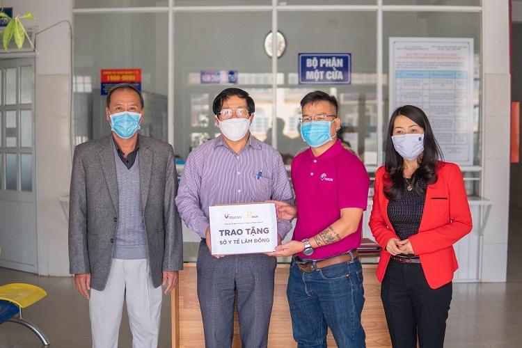 CEO Toucan Nguyễn Đức Hoài (thứ 2 từ phải qua) tặng dụng cụ bảo vệ tai khi đeo khẩu trang, cho đội ngũ y, bác sĩ, cán bộ, nhân viên y tế đang tham gia phòng chống Covid-19