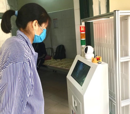 Bệnh nhân thực hiện giao tiếp với robot Vibot-1a.