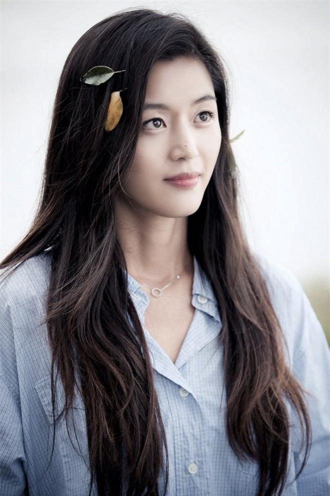 """""""Mợ chảnh"""" Jeon Ji Hyun có lẽ là nữ diễn viên thích hợp làm idol nhất trong danh sách này. Nếu ra mắt trong girlgroup Kpop, nét tinh nghịch, táo bạo, đầy thách thức và khí chất ngút ngàn sẽ giúp Jeon Ji Hyun trở thành center đỉnh nhất mọi thời đại."""