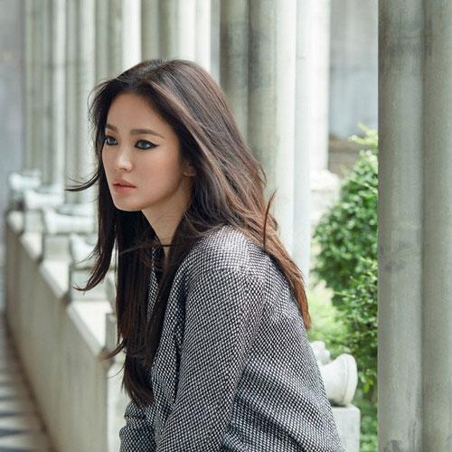 Song Hye Kyo có thể vận dụng lối biểu cảm đa dạng nhưng luôn mang đến cảm giác man mác buồn, nhẹ nhàng tựa nữ thần nhưng không kém phần lạnh lùng, huyền bí nếu không làm diễn viên mà debut trong nhóm nhạc Kpop