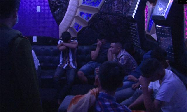 Khách hát và chủ quán karaoke cùng sử dụng ma túy - 1