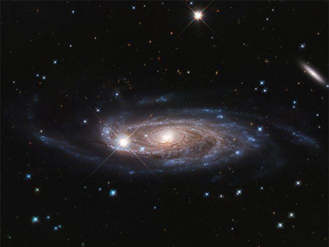 Phát hiện thiên hà khổng lồ, lớn hơn dải Ngân hà 2,5 lần - 1
