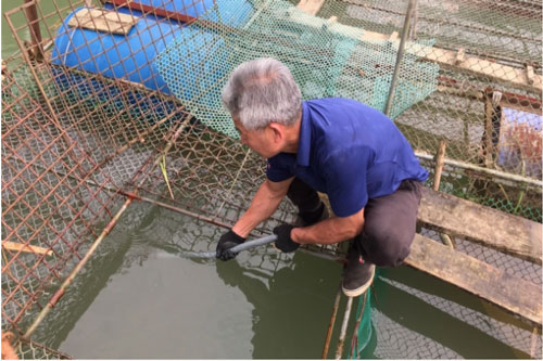 Ông Bế Thành Đông, Chủ nhiệm Hợp tác xã cá lồng Pác Đa, xã Độc Lập chia sẻ về kinh nghiệm nuôi cá lồng. Ảnh: Kông Hải.