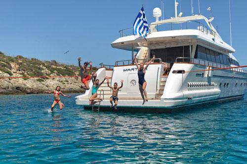 Jonathan Beckett, CEO của công ty môi giới du thuyền hạng sang Burgess, cho hay một số khách hàng siêu giàu đặt lịch trình nghỉ dưỡng kéo dài từ 4 tuần đến 7 tuần để cùng gia đình cách ly khi đại dịch Covid-19 diễn biến phức tạp. Ảnh: Charter World.