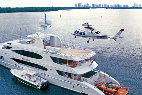 Tuy nhiên, các tỷ phú, khách hàng giàu có thường không ở liên tiếp trên du thuyền trong một thời gian dài. Họ có thể sử dụng trực thăng để đến nhà hàng, hộp đêm trên đất liền và sau đó quay trở lại du thuyền để nghỉ ngơi. Ảnh: Charter World.