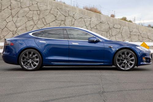 1. Tesla Model S Long Range 2020 (quãng đường di chuyển/lần sạc: 600 km).