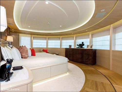 Phòng ngủ chính rộng rãi nằm gần mũi tàu, được thiết kế hình vòng cung để những người bên trong có được cái nhìn bao quát ra cảnh sắc bên ngoài.