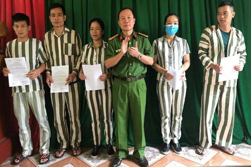 Thượng tá Nguyễn Huy Chương - Giám thị Trại Tạm giam Công an Hà Tĩnh trao quyết định giảm thời hạn chấp hành hình phạt tù cho các phạm nhân.