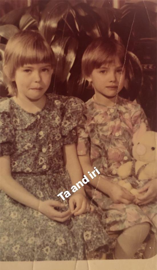 Cô có tuổi thơ êm đềm cùng chị gái (trái) như bao trẻ em trong thị trấn.