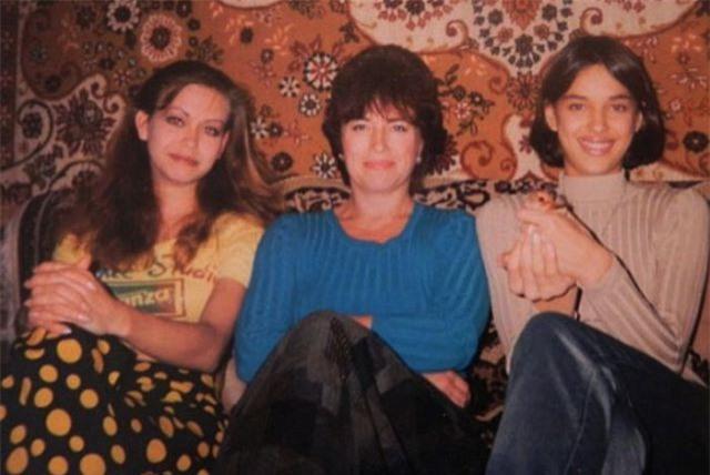 Biến cố xảy ra trong cuộc đời Irina khi bố qua đời vì bệnh viêm phổi năm cô 14 tuổi. Mẹ cô, bà Olga (giữa) đã phải làm nhiều công việc để nuôi hai con gái ăn học.