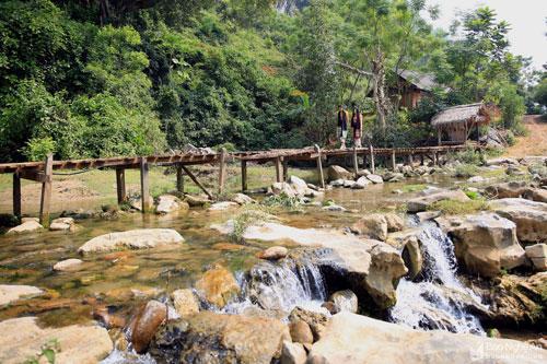 Khác với nhiều hang động ở miền Tây Nghệ An, hang động Thăm Binh nằm ngay trên tuyến đường từ bản Cắm đi bản Huồi Máy. Nơi đây xe ô tô có thể ra vào dễ dàng, thuận lợi cho du khách gần xa đến để thưởng ngoạn, ngắm cảnh. Ảnh: Hồ Phương