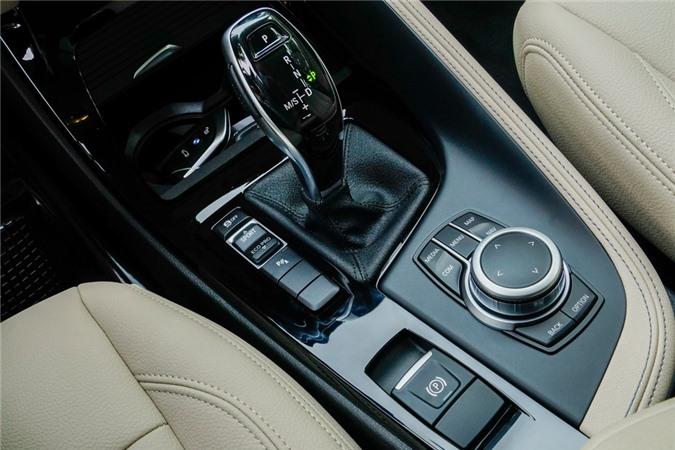 Đi kèm hộp số ly hợp kép 7 cấp Steptronic và hệ dẫn động cầu trước, xe có thể tăng tốc 0-100 km/h trong 9,7 giây trước khi đạt vận tốc tối đa 203 km/h. Theo nhà sản xuát, mức tiêu hao nhiên liệu trung bình của X1 vào khoảng 5,4-5,7 lít/100 km.