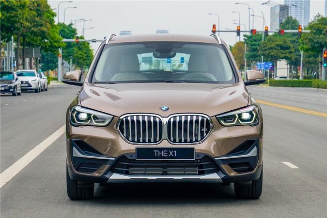 Đầu xe sở hữu lưới tản nhiệt quả thận lớn và góc cạnh hơn. Lưới tản nhiệt cỡ lớn là xu hướng gần đây của BMW, được áp dụng từ sedan đến SUV.