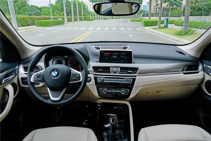 Ở bên trong, nội thất của X1 2020 không có nhiều sự thay đổi so với đời trước. Xe được trang bị vô-lăng thể thao bọc da, tích hợp các nút bấm chức năng, ghế trước chỉnh điện tích hợp nhớ vị trí, hàng ghế thứ hai có khả năng gập với tỷ lệ 40:20:40.