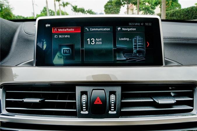 Điểm đáng chú ý trên X1 2020 là màn hình thông tin giải trí 8,8 inch hỗ trợ kết nối Apple CarPlay. Bên cạnh đó, xe còn sở hữu hệ thống đèn viền nội thất có thể thay đổi màu sắc và độ sáng.