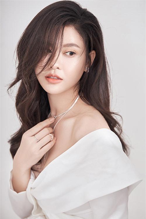 Trương Quỳnh Anh mới kỷ niệm sinh nhật thứ 31. Cô được nhiều người khen ngày càng xinh đẹp, quyến rũ.