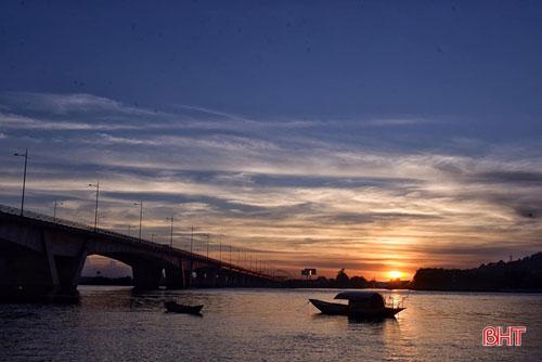 Hoàng hôn rơi trên sông Lam gợi cảm giác yên bình khi những con đò vạn chài của những ngư dân Nghi Xuân buông chèo ngơi nghỉ sau một ngày dài mệt nhọc. Ảnh: Khánh Thành