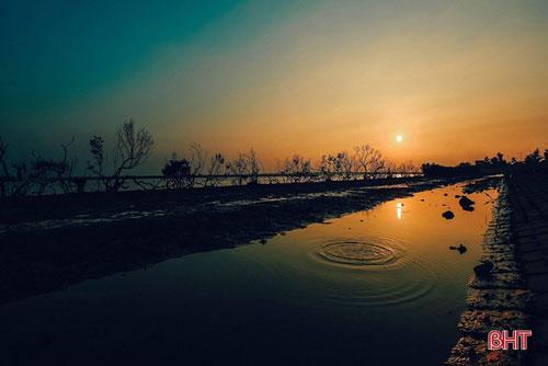 Cảnh hoàng hôn trên cửa biển Kỳ Ninh (TX. Kỳ Anh) lại khiến người ta liên tưởng đến một cuộc chia xa mà người đi là gã mặt trời đã để lại một giọt buồn thăm thẳm. Ảnh: Trần Công Việt