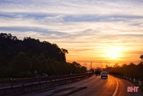 Trong vội vã những chuyến xe chiều muộn, hoàng hôn khiến không gian của những con đường vốn ồn ào xuôi ngược trở nên tĩnh mịch. Ảnh: Khánh Thành