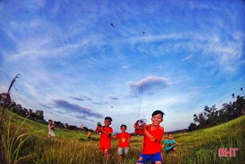 Còn với những đứa trẻ nông thôn, hoàng hôn chính là thời khắc vui vẻ nhất khi được cùng chúng bạn nô đùa trong trò chơi thả diều.... Ảnh: Ánh Dương