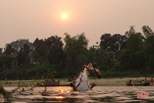 ...hoặc hoà mình vào sông nước, thoả thích bơi lội trên dòng sông lấp loánh ánh mặt trời... Ảnh: Ánh Dương