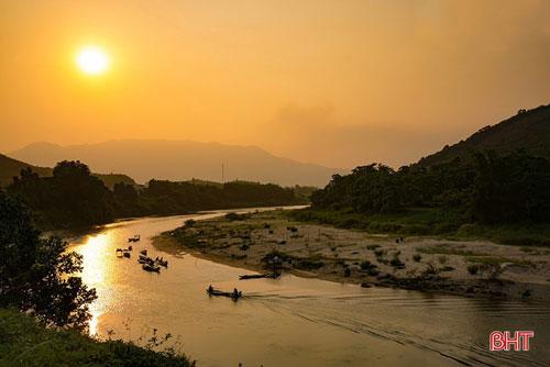 Chiều tà thường là thời điểm kết thúc của một ngày làm việc. Những con thuyền nối nhau trở về trong bóng hoàng hôn nhuốm đỏ dòng sông Ngàn Phố (Hương Sơn) gợi cho con người ta cảm giác ấm áp của sự đoàn viên. Ảnh: Ánh Dương