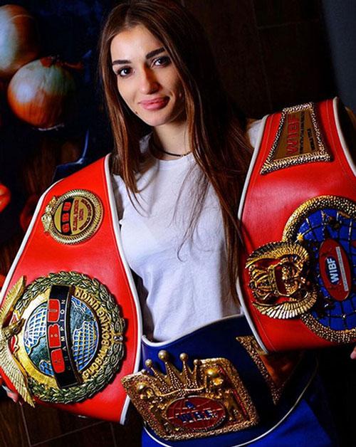 Fatima Dudieva: Cô bắt đầu sự nghiệp của mình trong môn võ tổng hợp (MMA).Sau đó, cô chuyển sang môn quyền Anh và thi đấu ở hạng nhẹ. Không chỉ sỏ hữu tài năng võ thuật ấn tượng, Fatima còn khiến cho nhiều chàng trai say mê bởi vẻ quyến rũ