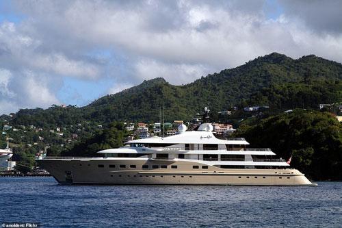 Theo Daily Mail, những người trên chiếc du thuyền siêu sang có độ dài gần 83 m này cho biết họ đang tự cách ly để tránh nguy cơ lây nhiễm virus corona.