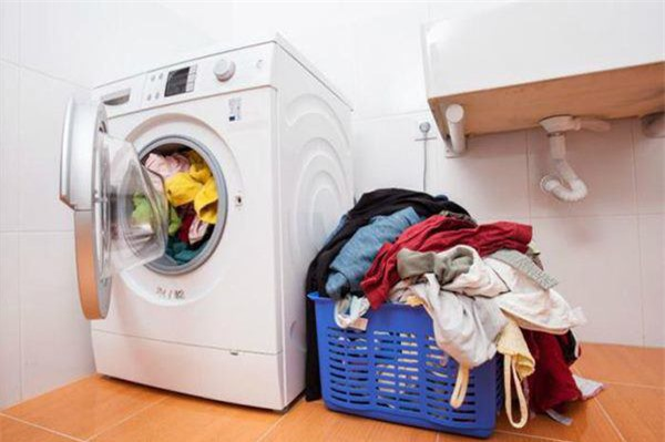 Đổ nửa cốc nước súc miệng vào máy giặt, biết công dụng rồi ai cũng muốn học theo - Ảnh 2.