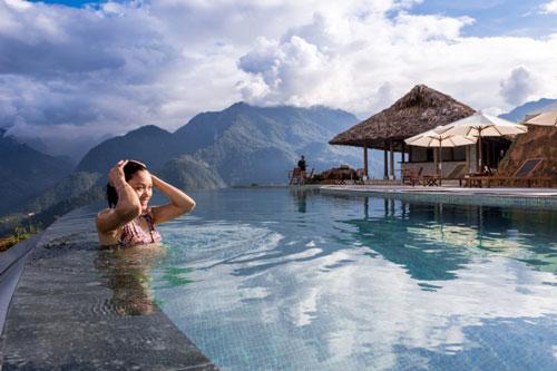 Hồ bơi có một bể nông cho trẻ em và chức năng massage bằng lực nước. Trên bờ là khu vực quầy bar phục vụ đồ uống và nhiều ghế tắm nắng.