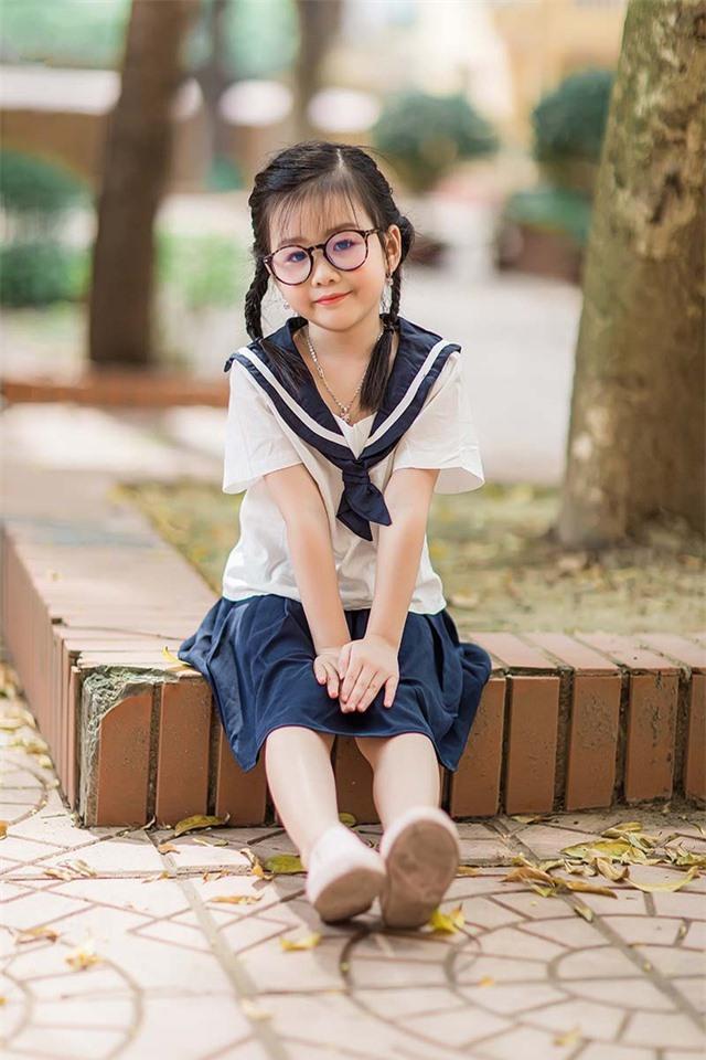 Bé gái 6 tuổi nhí nhảnh, dễ thương với bộ ảnh đồng phục học sinh - 10