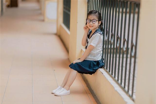 Bé gái 6 tuổi nhí nhảnh, dễ thương với bộ ảnh đồng phục học sinh - 4